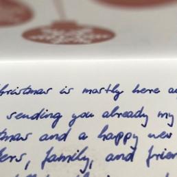Stilvolle Weihnachtskarte in Handschrift vom Roboter Pensaki