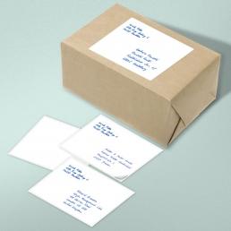 Handgeschriebene Adressen auf Etiketten von Pensaki