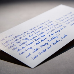 Postkarten in Handschrift versprechen Aufmerksamkeit