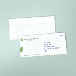 Handgeschriebene Briefumschläge vermitteln Aufmerksamkeit